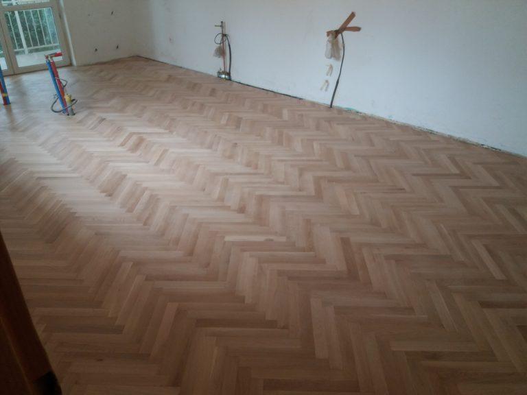 Stará dubová podlaha nalepená na podklade